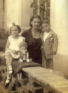 Cristina Kahlo Calderón with her kids Isolda and Antonio Pinedo Kahlo Photo: Guillermo Kahlo Diego Rivera, Frida Kahlo Cartoon, Good Luck Socks, Frida And Diego, Mexican Artists, Collars For Women, Niece And Nephew, Famous Artists, All Art