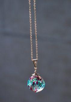 Pendentif en résine contenant des vraies fleurs séchées, bijou terrarium, bulle de résine, fleurs séchées bleues et mauve, pendentif  résine