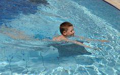 Erfahre hier, wie Dein Nachwuchs sein Seepferdchen machen kann, was die Kleinen beim Schwimmen im Verein lernen und welches Equipment Kinder fürs Schwimmen benötigen.