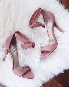 Wear pink shoes to look as gorgeous as carrie bradshaw! See our curious pieces of advice to learn how to match these fashionable shoes correctly. Pretty Shoes, Beautiful Shoes, Cute Shoes, Me Too Shoes, Stilettos, High Heel Pumps, Zapatos Shoes, Shoes Heels, Flats