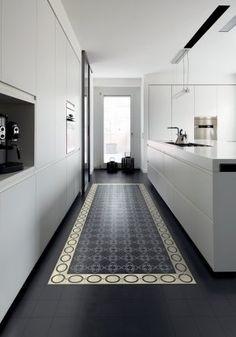 une-cuisine-en-longueur-avec-carrelage-comme-un-tapis. Küchen Design, Floor Design, House Design, Tile Design, Casa Santa Rita, Interior Design Kitchen, Interior Decorating, Cuisines Design, Kitchen Flooring