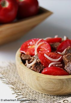 Это мой самый-самый любимый салат! Начинаю его готовить, как только у нас появляются первые вкусные помидоры (нынче аж с апреля) и до поздней осени. Хотя и зимой…