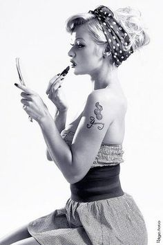 Beauty is skin deep. A tattoo goes all the way to the bone...Pin up girls… Diy 50s Hair, Fifties Hair, Fifties Style, 50s Hair And Makeup, Retro Hair, Rockabilly Pin Up, Rockabilly Fashion, Rockabilly Artists, Rockabilly Hairstyle
