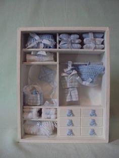 Enfeite Porta Maternidade em mdf e vidro. Personalizamos com o nome do bebê. Peças feitas em croche, tecido e puxadores em biscuit. Confeccionamos para meninos e meninas, na cor de sua escolha. R$ 110,00 Diy Dollhouse, Dollhouse Furniture, Dollhouse Miniatures, Mini Doll House, Barbie Doll House, Baby Doll Clothes, Baby Dolls, Baby Crafts, Diy And Crafts