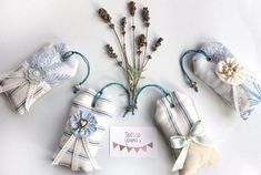 Get inspired to make scented sachets for closet, drawers, cars, and shoes! Try out these custom creations to fill homemade sew and no-sew sachet bags. Diy Lavender Bags, Lavender Crafts, Lavender Sachets, Laura Ashley Fabric, Color Lavanda, Sachet Bags, Patchwork Heart, Scented Sachets, Fabric Cards