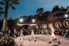 Raf Simons showt nieuwe Dior Cruise collectie in Bubbel Paleis - Mode - KnackWeekend.be