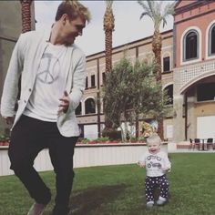 Daddy Nick playing with his little boy Nick Carter, Backstreet's Back, Carter Family, Relationship Goals Pictures, Backstreet Boys, Boys Who, Cute Boys, Little Boys, Boy Bands