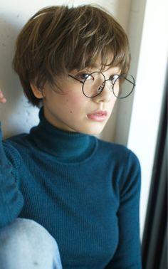 メガネとナチュラルショート