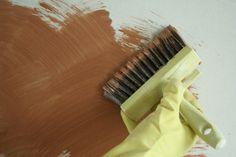 Peinture à faire soi-même !  Chaux brossée recette peinture chaux brosséeCette peinture est facile à réaliser, très simple à poser, bien couvrante. L'effet rendu est un brossé originel, impossible à rater, au fini profond et mat. La présence de lait et de chaux en fait une peinture solide et lumineuse, qui se patinera avec le temps.