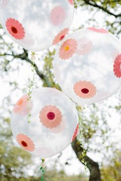 Balloons are such a simple and inexpensive decoration, which can make your party or holiday celebrations stand out with flair. Looking for a great balloon decoration idea for your next party? Balloon Crafts, Balloon Decorations, Birthday Party Decorations, Balloon Ideas, Balloon Garland, Birthday Parties, Balloon Flowers, Diy Flowers, Paper Flowers