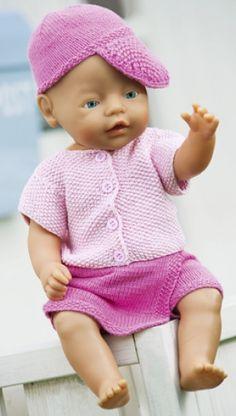 Strikkeopskrift | Strik sødt sommertøj til dukken, dukketøj med buksenederdel, kortærmet jakke og kasket | Se mange flere strikke- og hækleopskrifter på Familie Journals hjemmeside