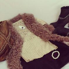Outfits para el #FindeLargo • Botitas de taco alto.Sweater Tejido.Chaleco Felpudo.Pollerita con fino acabado en bajo relieve.Cartera con tachas.