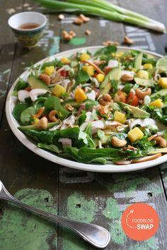 Voordat je het recept voor deze zomerse salade met gerookte kip, mango en avocado onder ogen krijgt het volgende: ein-de-lijk doe ik dan mee aan de onder foodbloggers welbekende foodblogswap. Dit is een maandelijks terugkerende…