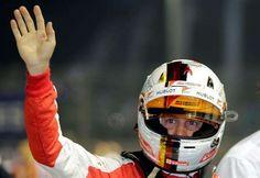 Vettel brilha na noite de Cingapura, supera Senna e se torna terceiro maior vencedor da F1. Hamilton e Massa abandonam >>>> Sebastian Vettel festeja pole na classificação para o GP de Cingapura neste sábado (Foto: AP)_21 set 2015