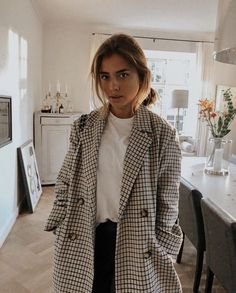 plaid checkered coat minimalist decor fashion all white t-shirt messy hair outfit classy dress down casual Mode Outfits, Fall Outfits, Casual Outfits, Fashion Outfits, Womens Fashion, School Outfits, Travel Outfits, Fashion Hacks, Fashion Tips