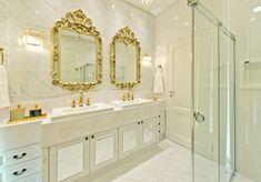 Banheiro de Luxo com Espelhos Dourados e Bancada Clássica Planejada