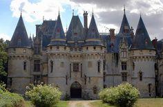 Un petit air de château de la Loire mais nous sommes ici dans le Vexin. Vigny est un château Renaissance construit en 1504 par Georges 1er d'Amboise, cardinal et ministre de Louis XII, sur l'emplacement d'un ancien manoir. Le Château est fermé à la visite et appartient depuis 2002 à une société japonaise. Il accueille une école de formation à l'art culinaire.  Vigny, Vexin, Val d'Oise, France.