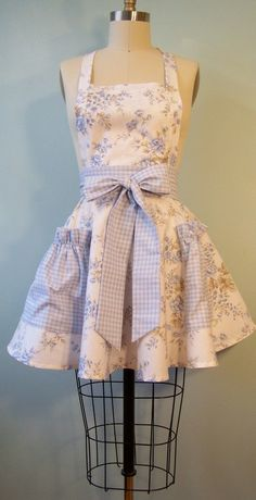 Love this vintage apron. Could probably try to make a similar one myself. :)