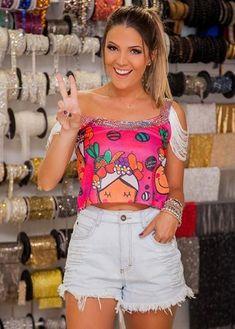 Carnaval 2017: Inspirações para customização de abadás   João Alberto Blog Diy Camisa, Cut Shirts, Diy Dress, T Shirt Diy, Warm Weather, White Shorts, Shirt Designs, How To Make, How To Wear