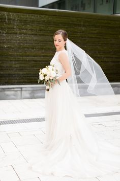 Wonderful shot of a one tier knee length veil with corded edge
