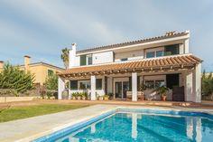 Vista del jardín y piscina. Imagen de JAIME SALVÁ Arquitectura & Interiorismo