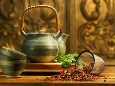 """if i just put hot water in the teapot and put the coffee-powder in a nice bowl with a lid, i could create a lovely """"tea"""" moment for myself in the afternoon. recadosdatenda:    Ahla-U-Sahla! Vai um chazinho aí?"""
