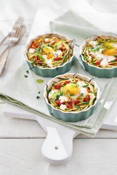 Soms heb je zin om eens iets anders te proberen. Natuurlijk kun je eindeloos variëren met verschillende salades, heerlijke ovenschotels en oosterse wokgerechten. Maar wil je eens een keer iets anders voor de lunch of als bijgerecht voor het avondeten? Probeer dan eens dit nestje van ei en courgette. Door de combinatie van groenten en … Kitchen Recipes, Cooking Recipes, Brunch, Vegetarian Recipes, Healthy Recipes, Veggie Pasta, Feel Good Food, Breakfast Bites, Healthy Eating Habits