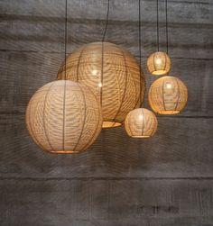 Hängende Lampen des Sangha Rattans addieren eine natürliche Note und verursachen ein zerstreutes ambiant Licht - eine große Weise, eine Note der Wärme hinzuzufügen und die Auswirkung der konkreten Töne zu erweichen.
