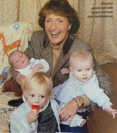 Prinses Margriet met Anna, Isabella en Lucas, haar kleinkinderen.