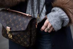 LUIS VUITTON POCHETTE METÍS Sandra Ebert von black palms trägt einen furry Mantel mit Fell Ärmeln. Sneaker. Louis Vuitton Pochette Metis Adidas Streetstyle