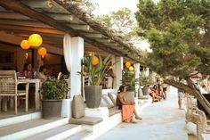 Enjoy sunbathing and having lunch in a beautiful bay, Cala Benniras, on the north side of Ibiza. Beach Restaurant Design, Restaurant Design Concepts, Ibiza Restaurant, Restaurant Bathroom, Restaurant Exterior, Beach Hotels, Beach Resorts, Ibiza Strand, Ibiza Beach