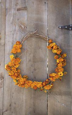 Marigold Wreath- Bring a flower wreath to a friend Diy Nature, Photo Maker, Diy Garden, Arte Floral, Mellow Yellow, Colour Yellow, Floral Arrangements, Garland, Wedding Flowers