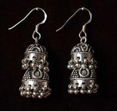 Oryginalne indyjskie jhumki wykonane z patynowanego srebra.
