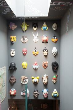 Un mur de masques colorés / A wall loaded with colorful funny masks (via the socialitefamily chez Victoire Antoun et Christophe Castellani #Like