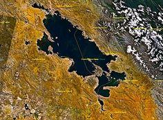 El lago Titicaca es un cuerpo de agua ubicado en la meseta del Collao en los Andes Centrales a una altitud promedio de 3812 msnm entre los territorios de Bolivia y Perú. g
