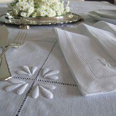 TOALHA DE MESA EM LINHO BRANCO BORDADO A BRANCO REF.07585 #bordal #madeiraembroidery #handmade #tablecloth WWW.BORDAL.PT