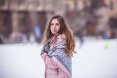 Фотограф Евгения Бирюкова. Фотосессия в Будапеште. Девушка на катке в розовой куртке