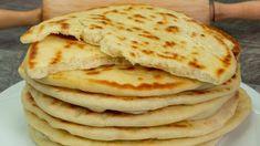 Asemănătoare cu lipia libaneză, pita grecească e o pâine necrescută pe care o prăjeşti în tigaie ca pe o clătită. Nu necesită ulei dacă tigaia este din teflon. Ingredientele necesare pentru această re Pain Pita, Good Food, Yummy Food, Cake Decorating Videos, Pita Bread, Pitta, Easy Bread, Diy Food, Bread Recipes