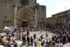 During your stay in Empordà, you can enjoy a wide range of parties and festivals from each period in the area's history. | Durante vuestra estancia en el Empordà, podéis disfrutar de un amplio repertorio de fiestas y festivales a cualquier época del año.
