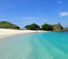 Calm beach waves . Next komodo sailing trip  Aug: 05-08, 12-15 (group 2 available), 17-20, 18-21 (full), 26-29 (group 2 available) Sep: 02-05, 09-12, 16-19,23-26, 30-03 Oct: 07-10,  14-17, 21-24, 28-30 Nov: 04-07,11-14, 18-21, 25-28 Dec: 2-5, 9-12, 16-19, 23-26,29-01 . Trip details/reservation /private trip arrangement pls mail us at info@kakabantrip.com . #kakabantriptokomodo #komodo #komodoisland #pulaukomodo #gililawa #gililaba #padar #pulaupadar #padarisland #kakabantrip #indonesia…