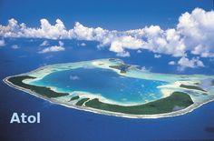 Illa coralina en forma de anel, que ten unha lagoa no seu interior. Nos arquipélagos de Malaisia e Polinesia abundan os atois. Beautiful Places In The World, Airplane View, Planets, Ocean, Outdoor, Twitter, Interior, World, Dawn