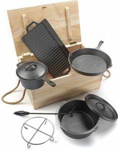 """Das Kochen beim Camping macht es mit diesem Dutch-Oven Set so viel cooler!  Äußerst robuster Ausführung aus 100 % massivem Gusseisen!  Geschmack """"wie früher"""" inklusive!  - gusseisener Dutch Oven  - gusseiserne Pfanne - gusseiserner Saucentopf - gusseiserne gerippte Grillplatte - eiserner Untersetzer/Aufständer  - dekorative Holztruhe zur Aufbewahrung #BBQ #Grillen #Kochen #Campinggrill #Dutchoven #Campingküche #Affiliatelink Camping Grill, Nespresso, Coffee Maker, Tray, Kitchen Appliances, Bbq, Cast Iron Griddle, Cast Iron, Fire Pit Screen"""
