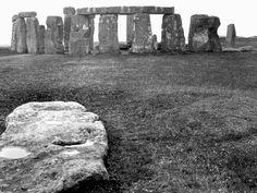 Descubren un gigantesco monumento megalítico cerca de Stonehenge: http://www.muyhistoria.es/prehistoria/articulo/descubren-un-gran-monumento-megalitico-cerca-de-stonehenge-181441710053