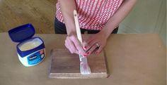 En appliquant de la Vaseline sur du bois, elle réalise une technique de peinture incroyable! - Bricolages - Trucs et Bricolages