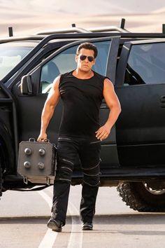 The Salman Khan starrer Race 3 is all set to cross the 300 crores mark worldwide, after the successful run of two weeks. Race 3 Salman Khan, Sultan Salman Khan, Salman Khan Photo, Bollywood Stars, Bollywood Fashion, Akshay Kumar Photoshoot, Salman Katrina, Salman Khan Wallpapers, Latest Hindi Movies