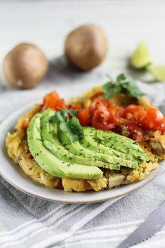 veganes omelette mit Avocadocreme. Vegane Frühstücksideen. Entdeckt von Vegalife Rocks: www.vegaliferocks.de✨ I Fleischlos glücklich, fit & Gesund✨ I Follow me for more vegan inspiration @vegaliferocks