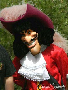 Captain Hook Disney, James Hook, Mal And Evie, Old Cartoons, Descendants, Disney Love, Disney Parks, Peter Pan, Tinkerbell
