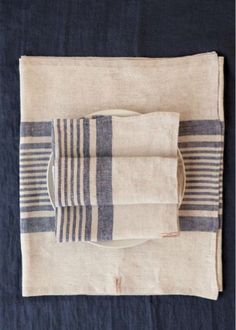 Table linens and napkins in 100% linen. By PelleVavare.