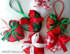 Corações confeccionados em tecidos com estampas natalinas e feltro vermelho e branco para serem usado