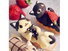 Cat cakes.  Image found on blogfoodnetwork.com. Image source: carolinelaura